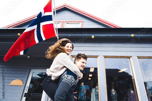 flaga-norwegii-i-szczesliwa-para