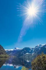 Oszałamiające słońce nad jeziorem w pobliżu Hallstatt