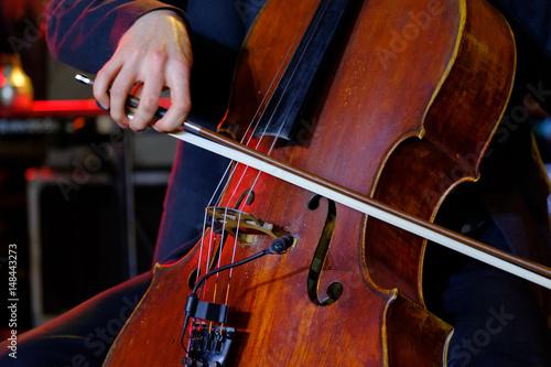 muzyk-grajacy-na-wiolonczeli