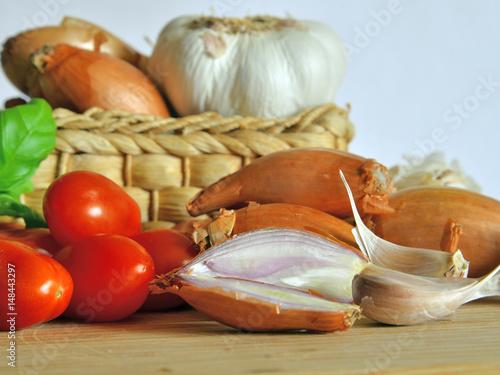 Fotografía  cucina italiana. ingredienti per la salsa di pomodoro