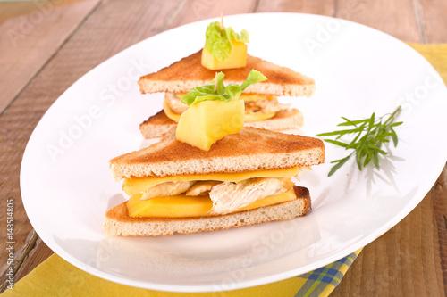Toast mit Pute und Mango