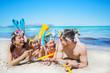Familie mit Taucherausrüstung am Strand