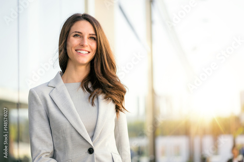 Fotografía Bright sunny vibrant portrait of beautiful woman business executive style in dow
