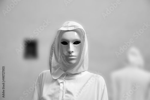 Fotografía priestess of white magic, sorcerer with magical mask occult Masonic Lodge