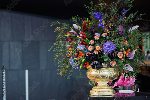Türaufkleber Weltkarte Golden vase with gorgeous bouquet of pink roses and blue hydrangeas
