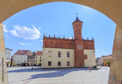 Fototapeta Tarnów, stare miasto. Widok elewacji północnej renesansowego ratusz - oglądany z podcieni kamienicy