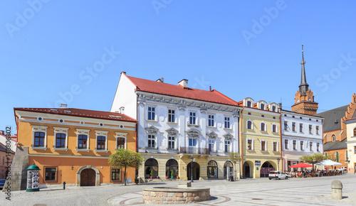 Fototapeta Tarnów. Renesansowe kamienice na rynku starego miasta. Widoczna wieża Bazyliki Katedralnej z wieżą zegarową