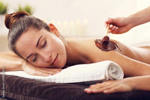 Plakat Piękna kobieta coraz masaż czekoladowy w spa