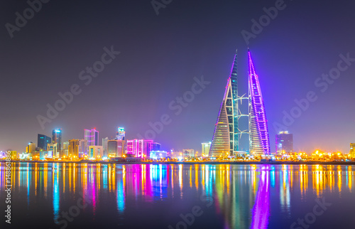 Photo Skyline of Manama dominated by the World trade Center building during night, Bahrain