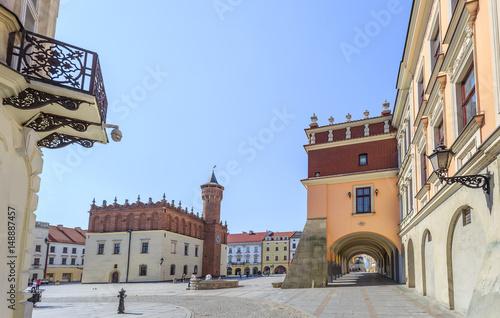 Fototapeta Tarnów, widok na rynek starego miasta z renesansowym ratuszem oraz na charakterystyczne podcienia jednej z kamienic w rynku.