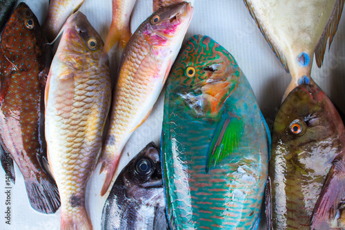 Poster Vis Tropical sea fishes on market table. Seafood local market store.