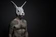 Uomo tatuato con maschera di coniglio