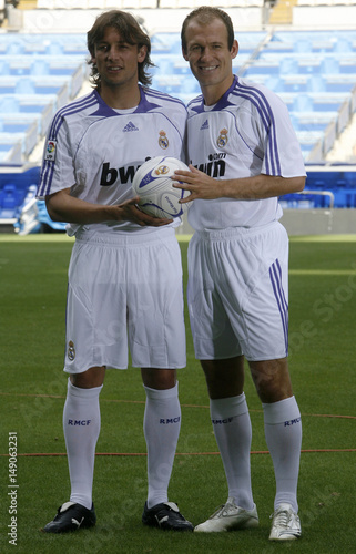 on sale e6814 cbd34 Real Madrid's new signings Robben and Heinze pose during ...