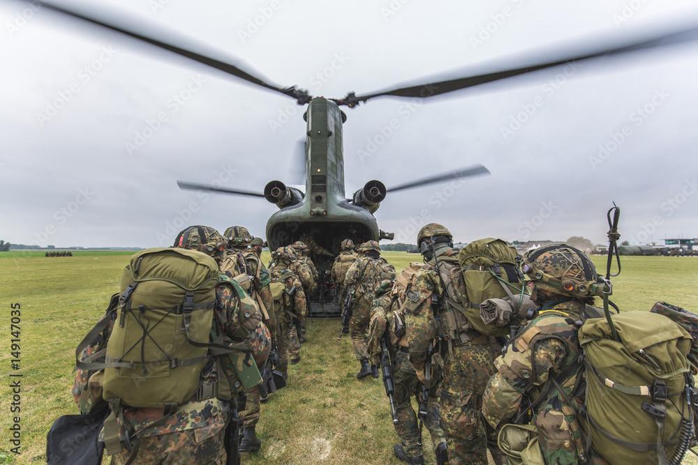 Fototapeta Bundeswehr Fallschirmjäger im Einsatz zum Hubschrauber CH-47E