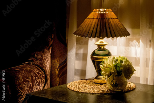 Photo Cozy bedroom interior with bedside lamp