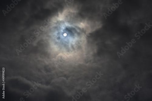 Fotografie, Obraz  分厚い雲から透けて見える太陽「不思議な夢空間、天国に続く雲のトンネル」天空、未来、可能性、はるか彼方へ、勝ち取る、夢想などのイメージ