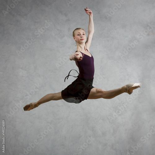 Photo  Ballerina in black dress