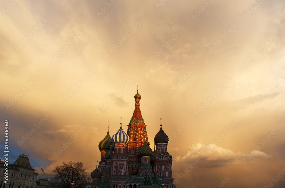 Fototapety, obrazy: Mosca, 25/04/2017: tramonto alla Cattedrale di San Basilio, costruita dal 1555 al 1561 su ordine dello zar Ivan il Terribile per commemorare la presa di Kazan e Astrakhan
