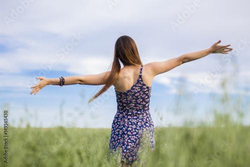 Photo Chica feliz en el campo en primavera con brazos abiertos.