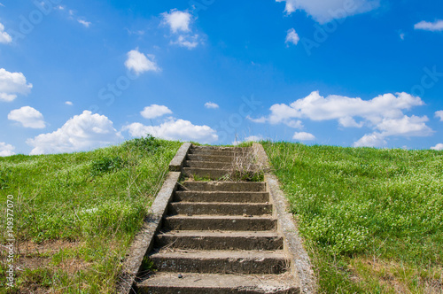Stary betonowy schody prowadzi niebo