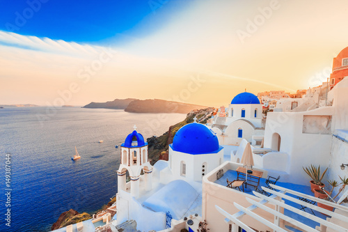 Fototapeta Beautiful Santorini sunset scenery, traditional white architecture, Santorini island, Oia village, Greece, Europe. Santorini is famous and popular summer vacation romantic resort. obraz