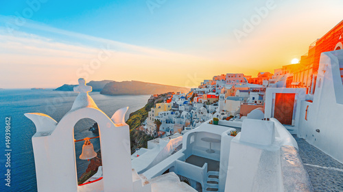 Papiers peints Santorini Beautiful Santorini sunset scenery, traditional white architecture, Santorini island, Oia village, Greece, Europe. Santorini is famous and popular summer vacation romantic resort. 16:9 aspect ratio.