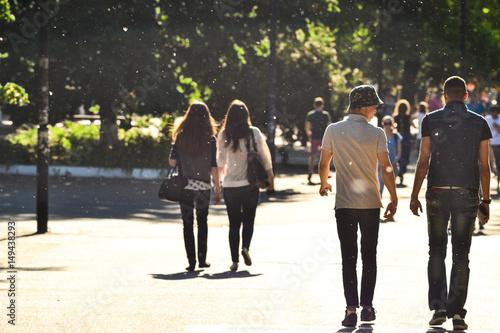 Foto  Walking students