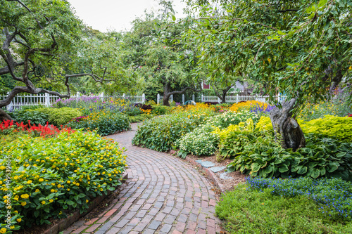 Papiers peints Jardin Winding pathway in beautiful Portsmouth Garden