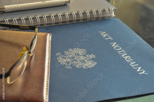 "Fotografía  Signing up notarial act. ""Akt notarialny"" means ""notarial act""."
