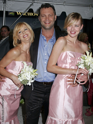 Vince Vaughn Wedding >> Actor Vince Vaughn Poses With Bridesmaids During The