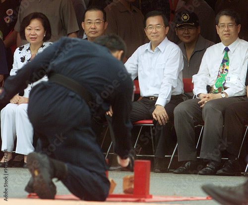 TAIWAN PRESIDENT CHEN SHUI-BIAN WATCHES A SPECIAL FORCES