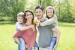 Leinwandbild Motiv Familie zusammen in der Natur