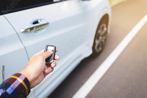 Zdjęcie XXL Mężczyźni na koszuli z modą, prasy ręczne na samochodach z oświetleniem słonecznym wzdłuż drogi