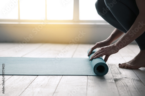Montage in der Fensternische Yoga schule Young Woman Doing Yoga Twist Mat Healthy Lifestyle