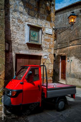 In de dag Aap Le triporteur dans les rues de Pitigliano en Toscane