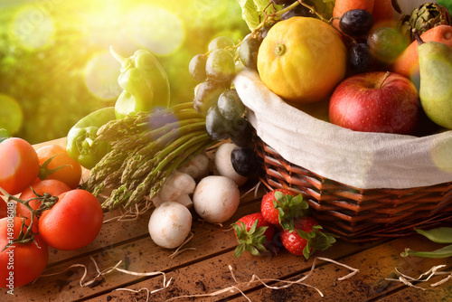 Plakat Owoc i warzywo na stole i uprawie kształtują teren tło podwyższającego