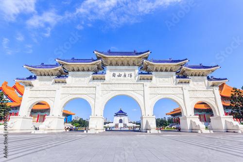 """Fototapeta premium Archway of Chiang Kai Shek Memorial Hall, Tapiei, Tajwan. Znaczenie chińskiego tekstu na bramie to """"Plac Wolności""""."""
