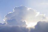 Czyste białe chmury z tajemniczym światłem słonecznym - 149923690