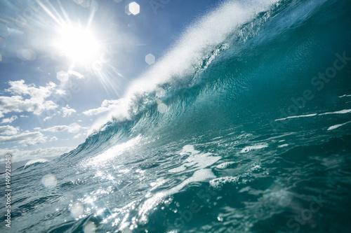 Stickers pour porte Bright ocean wave closing barrel