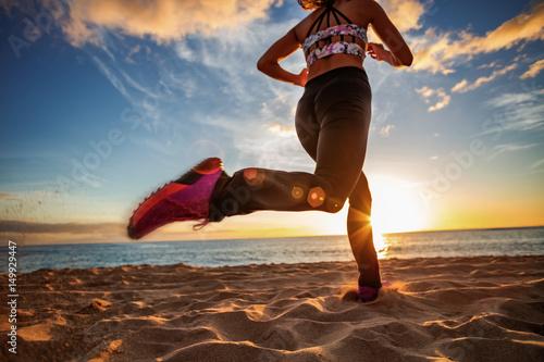 Plakat Zdrowy styl życia bawi się kobieta bieg na piaskowatej plaży zmierzchu nadmorski