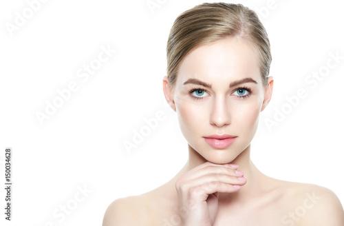 Plakat Ładna dziewczyna o niebieskich oczach i blond włosach, z nagimi ramionami, patrząc na kamery z uśmiechem. Model z lekkim nagim makijażem, biały tło. Piękno portret z kopii przestrzenią.