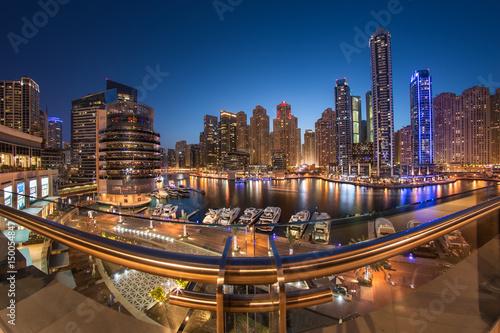 Dubaj Marina Góruje w pięknym błękitnym zmierzchu z odbiciem na Dubai marina zatoce