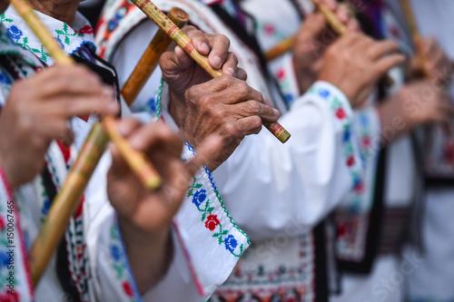 Zdjęcie XXL Ludzie śpiewają na tradycyjnych drewnianych fletach