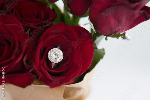 Fotografía  Diamond ring kept in red rose