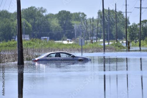 Plakat Splot samochodu na zalanej drodze