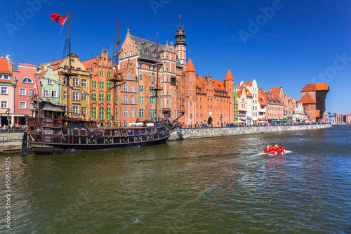 piracki-statek-i-historyczny-portowy-zuraw-przy-motlawie-gdansk-polska