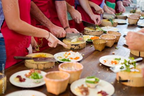La pose en embrasure Lieu connus d Asie Preparing traditional thai food