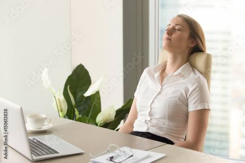 Fotografía  Businesswoman takes short time-out in office work