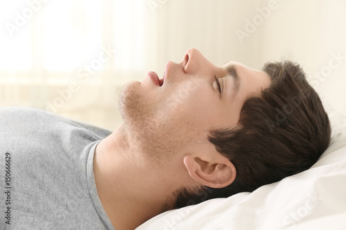 Photo Handsome young man sleeping in bed at home