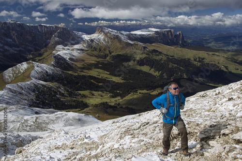Foto op Plexiglas Alpinisme Wanderer auf dem Weg zum Plattkofel in Südtirol